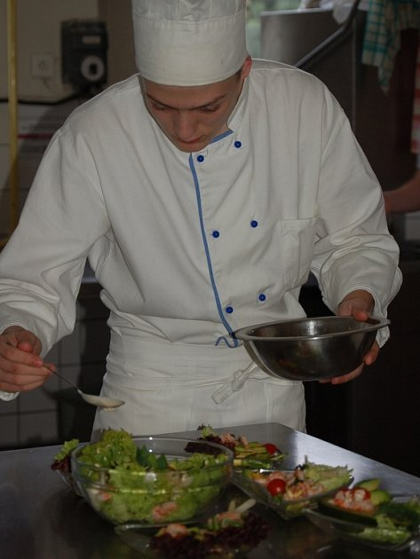 Budoucí kuchaři se zúčastnili v pondělí kurzu, při kterém se učili vařit z ryb a darů moře.