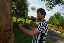 Řezbář Igor Bureš z Ústí při práci