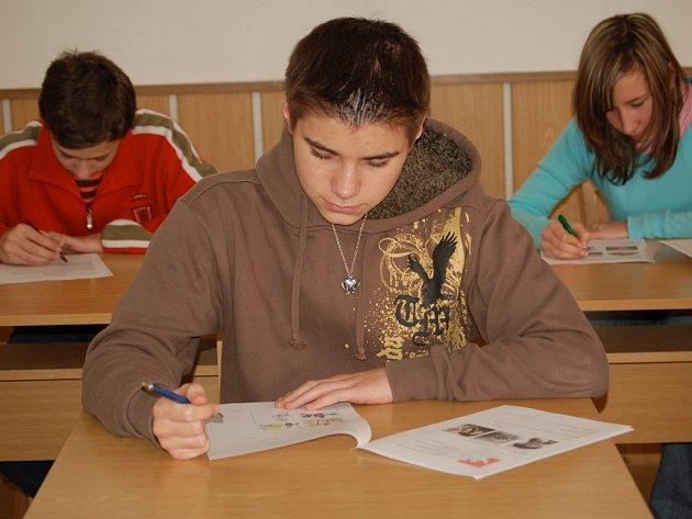 Žáci se zapotili při plnění úkolů v dějepisné olympiádě.