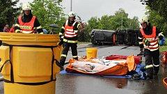 Taktické cvičení hasičů uzavřelo ve čtvrtek 17. května dopoledne silnici na Nové ulici v Hranicích. Jednalo se o likvidaci následků dopravní nehody automobilové cisterny, která zatarasila cestu, s následným únikem nebezpečné látky