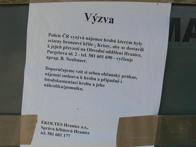 Na hranickém hřbitově vyzývá jeho správce firma Ekoltes, majitele hrobů k vyzvednutí ukradených bronzových křížů.