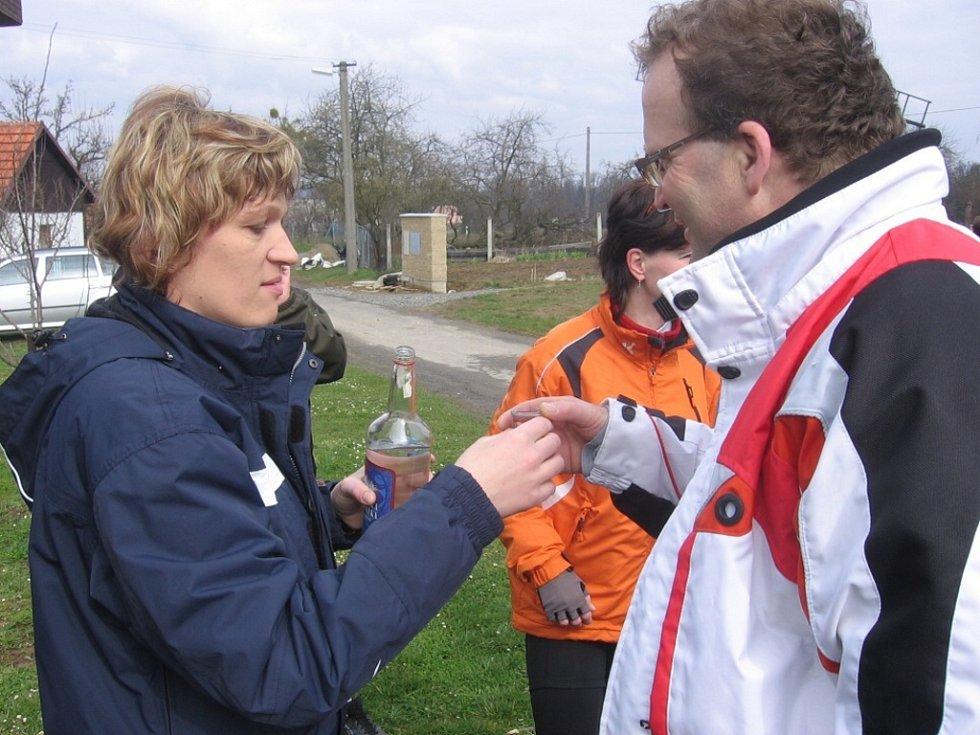 Slivovicí vítala cyklisty starostka ve Skaličce.