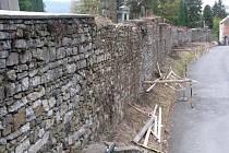 Na hřbitově v Hranicích se začínají opravovat opěrné zdi. Celková revitalizace ještě musí počkat.