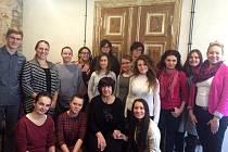 Jana Klasová, ředitelka hranické neziskové vzdělávací organizace a učitelka v poznaňské mateřince - na fotce se svými spolužáky dřepící první zprava