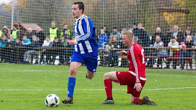 Fotbalisté Ústí (v červeném) v derby proti SK Hranice. Ilustrační foto
