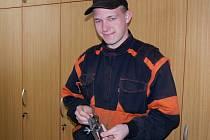 Student Střední průmyslové školy v Hranicích Pavel Rakovský předvádí svůj výrobek ze soutěže Zlatý pilník.