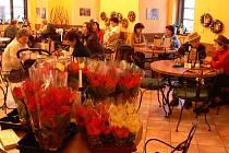 Café-Bar Na Zámku zaplnily vánoční hvězdy.