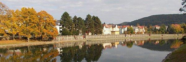Historická zídka kolem hranické Bečvy vKropáčově ulici.