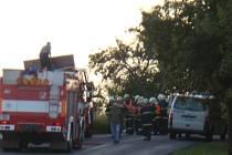 Řidič motocyklu se na silnici v Tovačově čelně střetl s autem.