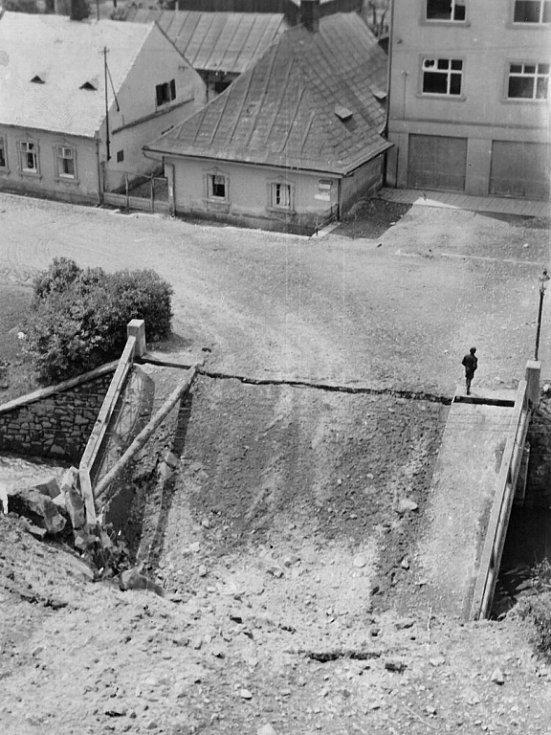 Zničený most v Komenského ulici v květnu 1945
