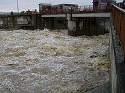 Vydatné deště posledních dní daly znovu do pohybu rozsáhlý sesuv v Lidečku, který ohrožuje vodovod zásobující pitnou vodou zhruba 30 tisíc lidí