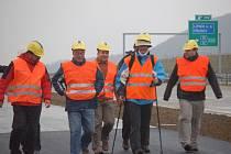 Bývalý ministr dopravy Milan Šimonovský vyrazil v pondělí 15. září pěšky po nedokončeném dálničním úseku D47 z Lipníku nad Bečvou. Osmdesátikilometrovou trať chce urazit za čtyři dny.