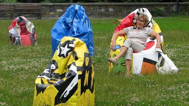 K netradičnímu posezení zve neobvyklá výstava s názvem Sedněte si na reklamu.