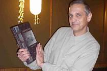 Architekt David Vávra s novou knihou o Národním domě.