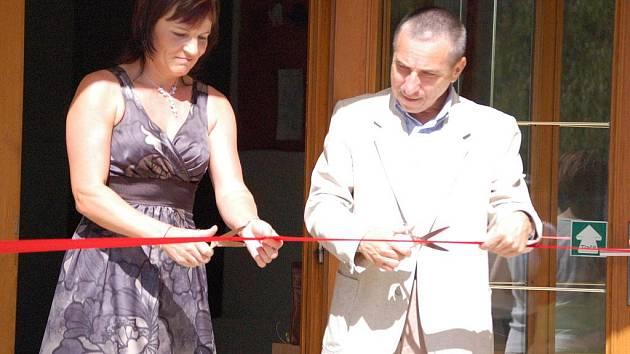 Provoz školky slavnostně zahájilil starosta Miloslav Přikryl a ředitelka školky Lenka Kašíková.