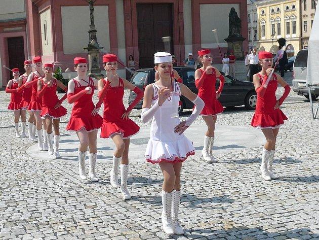Skupina Abraka muzika a mažoretky Šance zahájily kulturní léto 2009 v Hranicích.