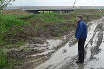 Jeden z poldrů zvažovala obec vybudovat na pravostranném přítoku Bělotínského potoka, který je při velkých deštích nejzrádnější.