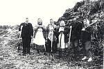 Tetičky s Emilem. Práce na poli cca 50. až 60. léta minulého století v Opatovicích. Zleva: Zdráhalová, Hamrová, Vinklárková, Vavříková, Emil Jančík, T. Vašíčková.