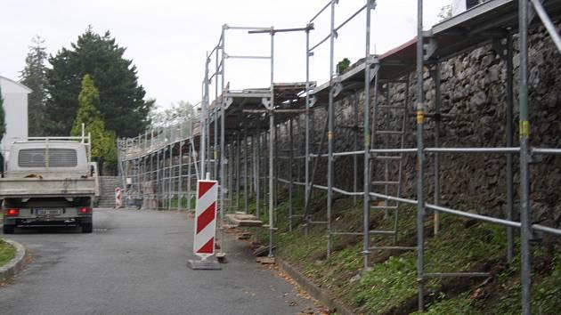 První etapa rekonstrukce hřbitovní zdi v Hranicích