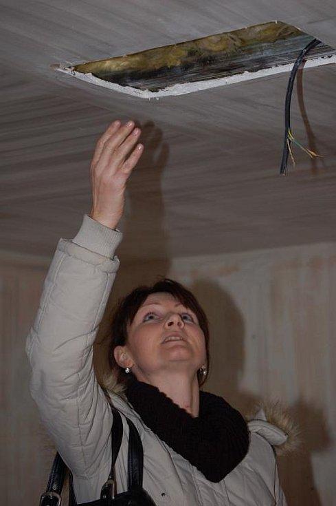 Jen oči pro pláč zbyly manželům Káňovým z Kovalovic u Kojetína, kterým 28. září vyhořel dům. Rodina se třemi dětmi teď nemá střechu nad hlavou a je odkázána na pomoc cizích lidí.