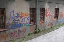 Sprejeři minulý týden poničili i fasádu přerovské městské knihovny.