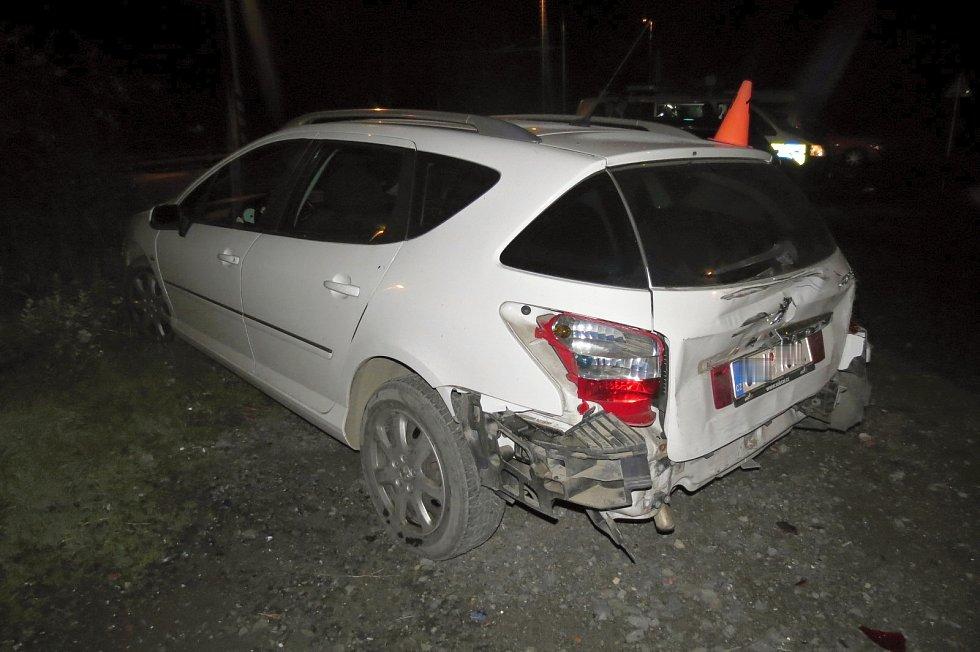 Při nehodě v Jurikově ulici v Hranicích hořela tři auta.