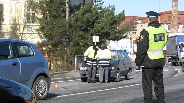 Nehoda se stala na přechodu pro chodce v nepřehledné zatáčce u bývalé Karnoly a na pár desítek minut tam ochromila provoz.
