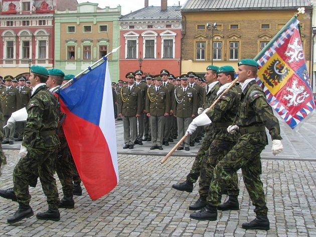 Jedenasedmdesátý prapor z Hranic převzal v pátek dopoledne na tamním náměstí bojový prapor, který mu na důkaz cti a statečnosti propůjčil prezident republiky Václav Klaus.