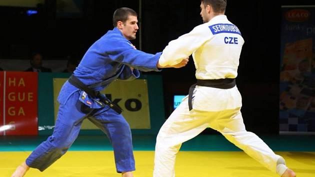 Adam Jestřebský (v modrém) ve finále extraligy v judu 2015