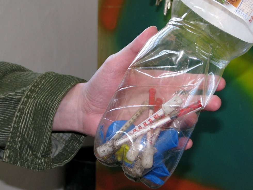 Kromě poradenství v oblasti drogové problematiky se hranické kontaktní centrum Kappa věnuje i likvidaci použitých injekčních stříkaček. Tyto byly před pár týdny nalezeny skupinkou dětí v ulici Pod lipami.