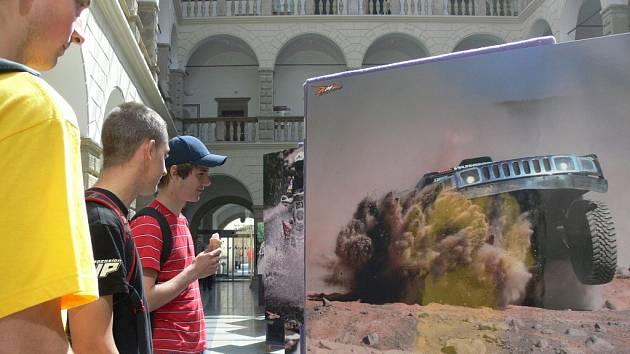 Výstava o rally Dakar v zámecké dvoraně v Hranicích