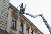Městský úřad v Hranicích včera nechtěl nechat nic náhodě a z budovy radnice v Zámecké ulici preventivně nechal shodit sníh.