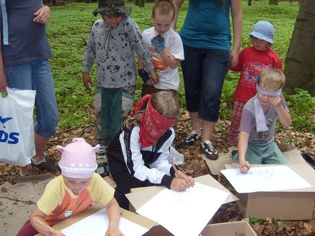Děti se vydaly na Putování lesní stezkou.