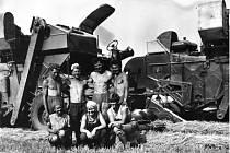 Na přímém slunci a bez klimatizace. Tak se pracovalo na polích v 70. letech. Na fotografii jsou v doprovodu žen pánové Rek, Matyska, Orava a Kubeša. V pozadí ruský kombajn SK4.