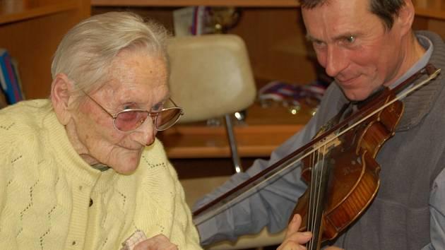 Gratulace ke svým sto prvním narozeninám přijímala Marie Hříbková, obyvatelka domova seniorů v Pavlovicích u Přerova.