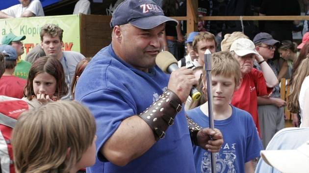 Častým hostem kulturního programu Mostů bývá silák Železný Zekon.