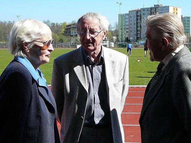 Olga Oldřichová-Šicnerová, Lubomír Kostelka a Vlastimil Brlina testují nový povrch na stadionu Spartaku Přerov.