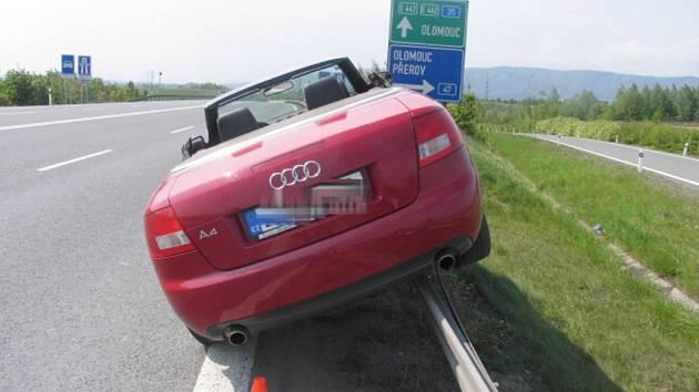 Řidička Audi zaparkovala na svodidlech.