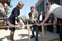 Místo přestříhávání pásky se včera při otevírání nových dílen přeřezávala dřevěná laťka.