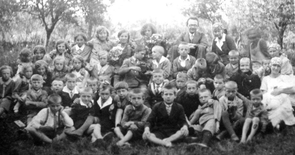 Hromadné focení ve škole v Milenově v letech 1934 až 1935.