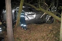 V pravotočivé zatáčce nepřizpůsobil rychlost a vjel do příkopu, následně narazil do stromu a převrátil auto na střechu.