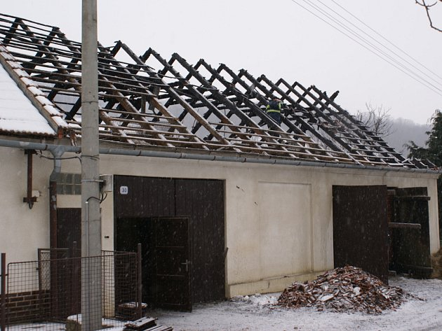 Shořela střešní konstrukce stodoly a zasaženy byly i půdní prostory.