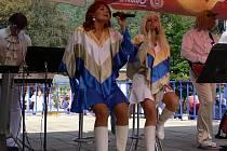 Po Švihácích se na terase lázeňského sanatoria Bečva v Teplicích představila revivalová skupina ABBA Radka Kňury.