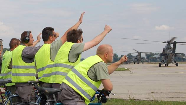 Prvních šest bitevních vrtulníků Mi-24/35 opustilo v úterý 22. července dopoledne přerovskou vrtulníkovou základnu. Zdejší elitní tygří letka se stěhuje do Náměště nad Oslavou.