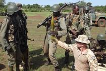 Vojáci z Hranic se účastní misí v africké Mali, kde brání hotel a cvičí malijskou armádu.
