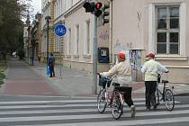 Za mnoho nehod si mohou chodci sami. Třeba tím, když nerespektují výstražná znamení.