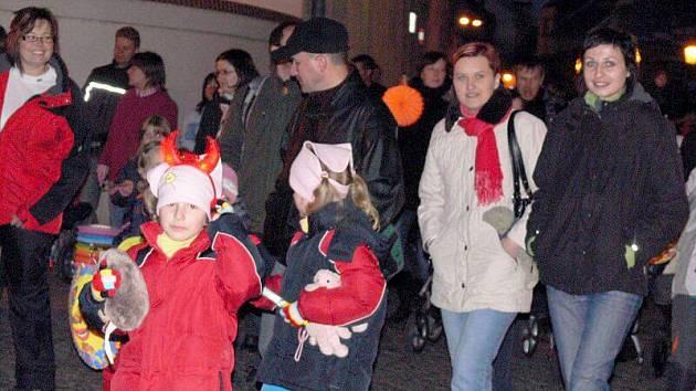 Desítky lampionů rozzářily ve středu večer ulice Hranic.