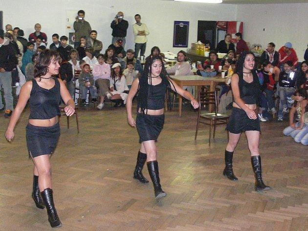 Někteří mladí hraničtí Romové navštěvují Romský taneční kroužek v DDM Hranice.