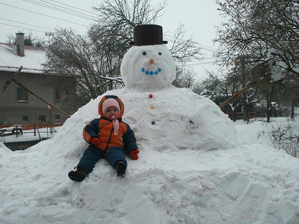 To je náš sněhulák v Hustopečích nad Bečvou.