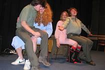 Scénky plné bláznivých kostýmů, vtipy i hudební vystoupení, to vše předvedli v hranickém kině studenti lesnické školy.